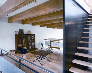 Juxtaposition des matériaux et des plans au niveau mezzanine