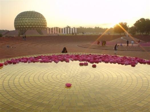 Auroville en son coeur Gracieuseté du site diggingthroughthegrassroots.com 2